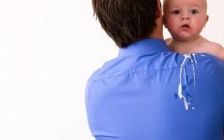 Что делать, если ребенок срыгивает свернувшимся молоком?